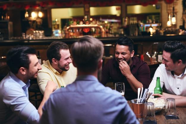 Grupo de amigos curtindo o tempo juntos no bar