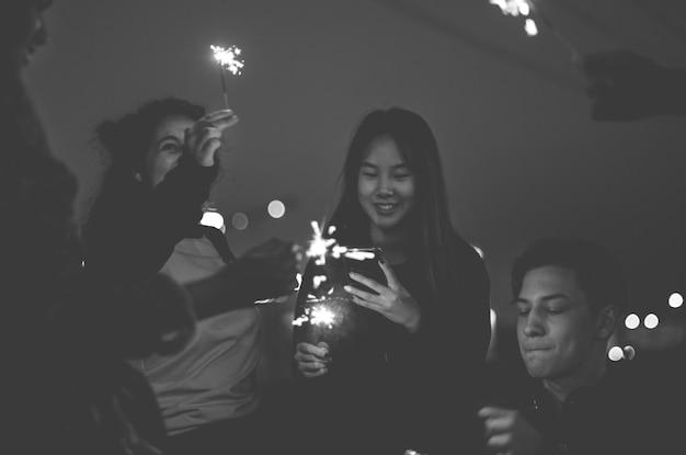 Grupo de amigos da escola felicidade e brincar de fogo de artifício