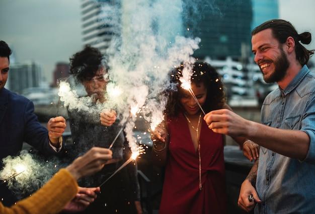 Grupo de amigos dando uma festa