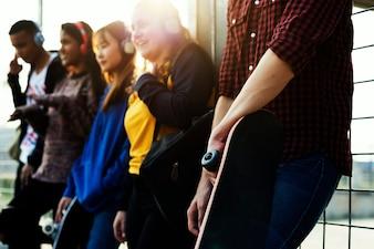 Grupo de amigos de escola ao ar livre estilo de vida e conceito de lazer de música