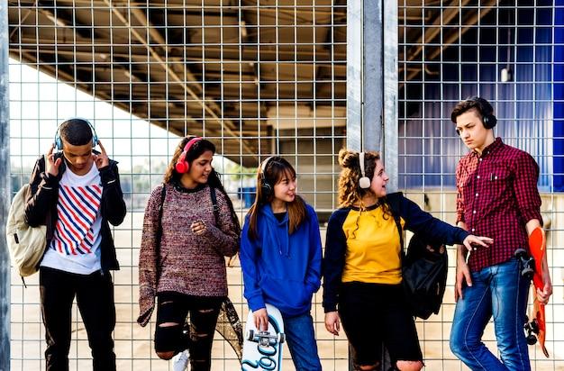 Grupo de amigos de escola ao ar livre estilo de vida e conceito de música de lazer