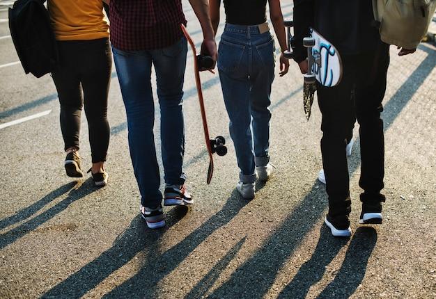 Grupo de amigos de escola ao ar livre estilo de vida