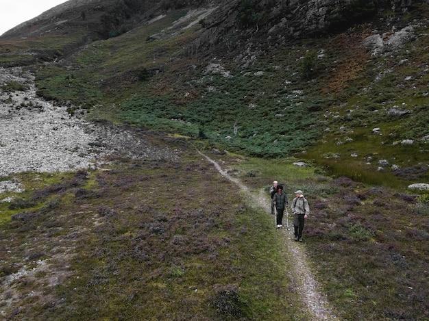 Grupo de amigos de trekking em glen etive, na escócia