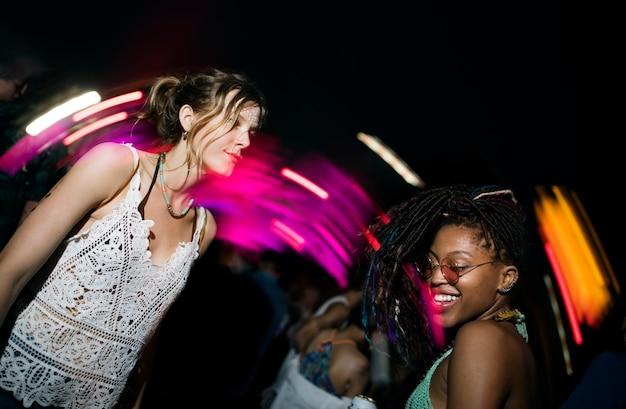 Grupo de amigos divertidos eventos dançando feriado