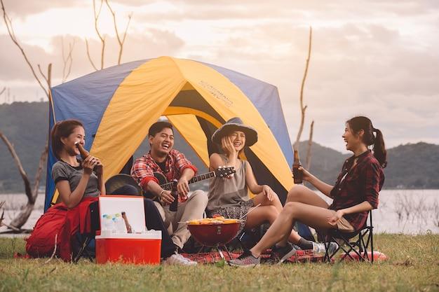 Grupo de amigos do acampamento asiático