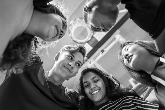 Grupo de amigos do adolescente em um conceito de trabalho em equipe e união de quadra de basquete