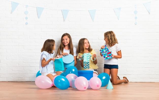 Grupo de amigos em presentes de abertura de festa de aniversário