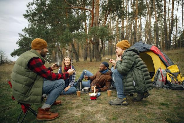 Grupo de amigos em um acampamento ou caminhada em um dia de outono