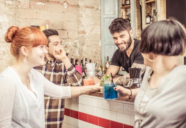 Grupo de amigos em um bar