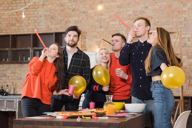Grupo de amigos em uma festa