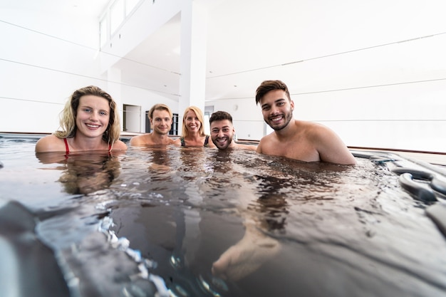 Grupo de amigos em uma piscina