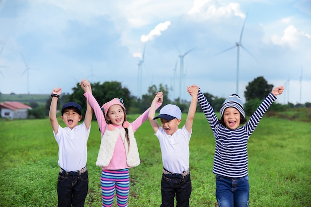 Grupo de amigos emocionais com as mãos levantadas