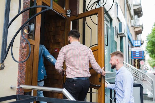 Grupo de amigos entrando no restaurante