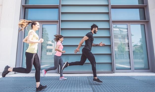 Grupo de amigos fazendo corrida urbana e fitness