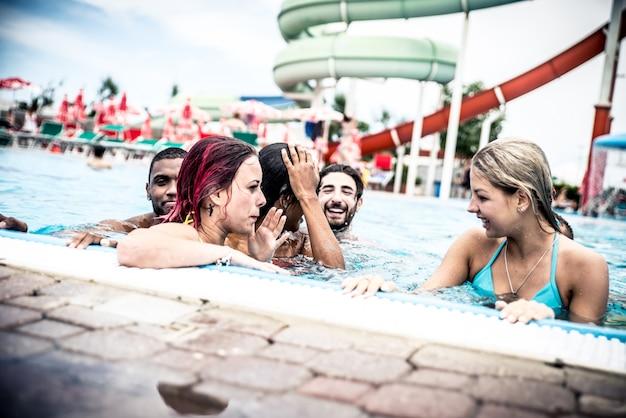 Grupo de amigos fazendo festa na piscina