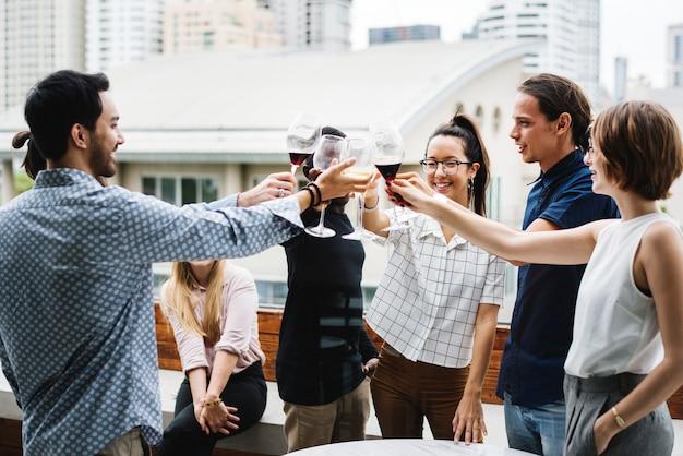 Grupo de amigos fazendo um brinde