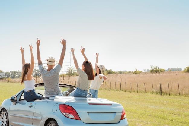 Grupo de amigos fazendo uma viagem
