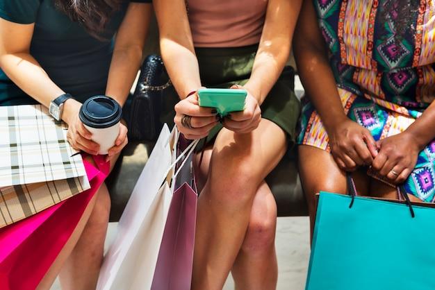 Grupo de amigos, fazer compras em um shopping