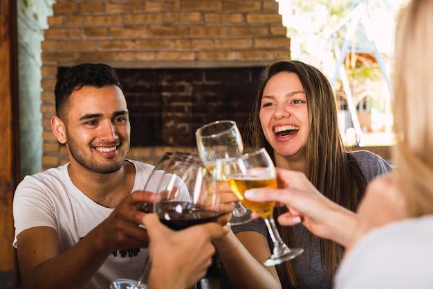 Grupo de amigos felizes brindando