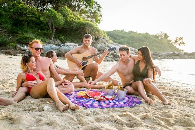 Grupo de amigos felizes em uma ilha tropical