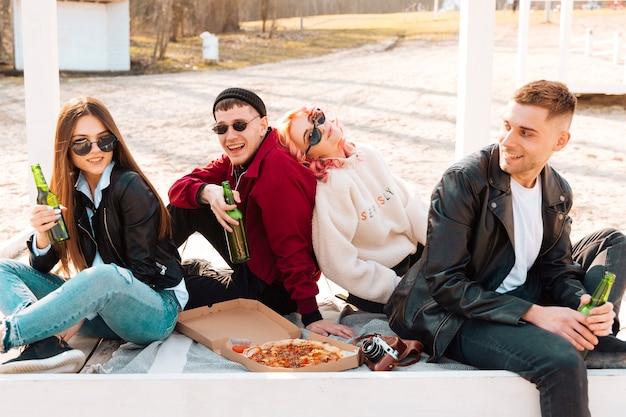 Grupo de amigos felizes se divertindo no piquenique