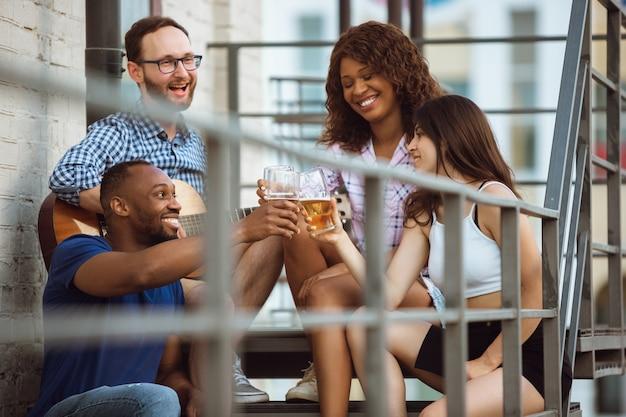Grupo de amigos felizes, tendo a festa da cerveja em dia de verão.