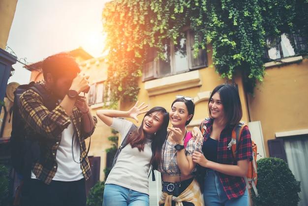 Grupo de amigos felizes tomando selfies juntos na cena urbana