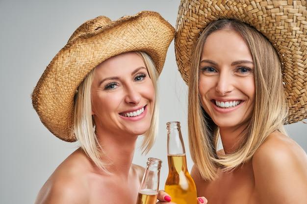 Grupo de amigos festejando e brindando com bebidas