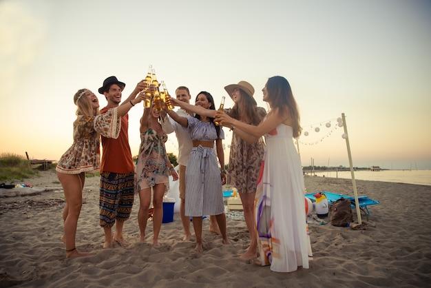 Grupo de amigos festejando na praia