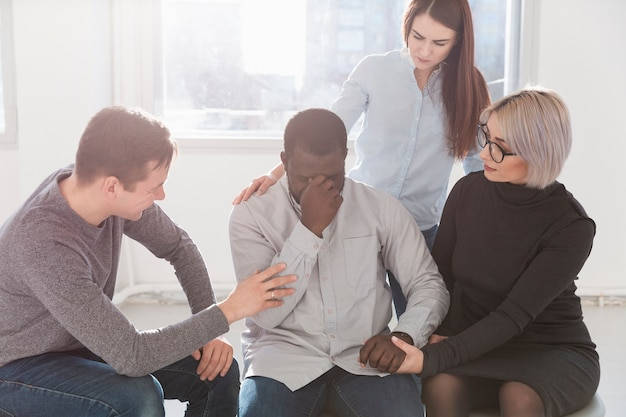 Grupo de amigos incentivando um paciente de reabilitação