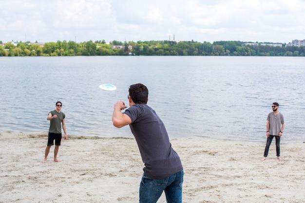 Grupo de amigos jogando frisbee