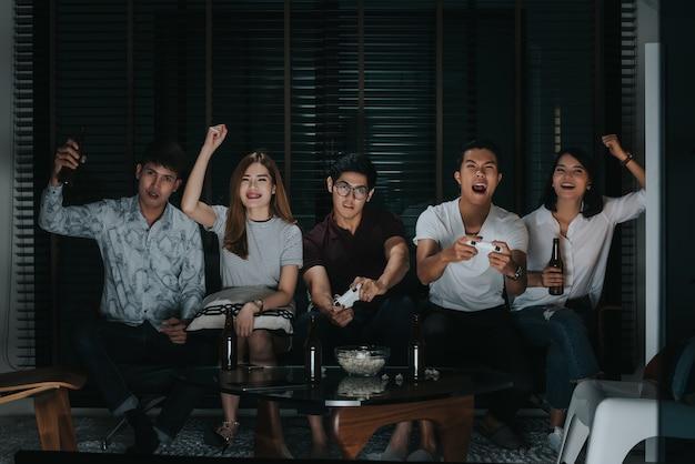 Grupo de amigos jogando videogame na tv em casa, ruído e grãos
