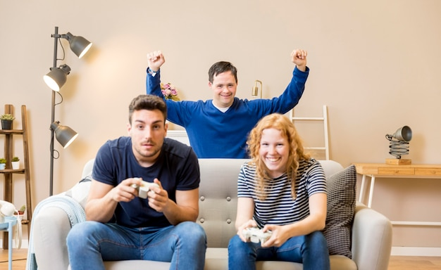 Grupo de amigos jogando videogame
