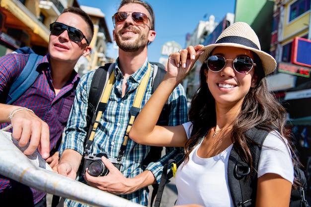 Grupo de amigos mochileiros turísticos viajando em bangkok tailândia nos feriados