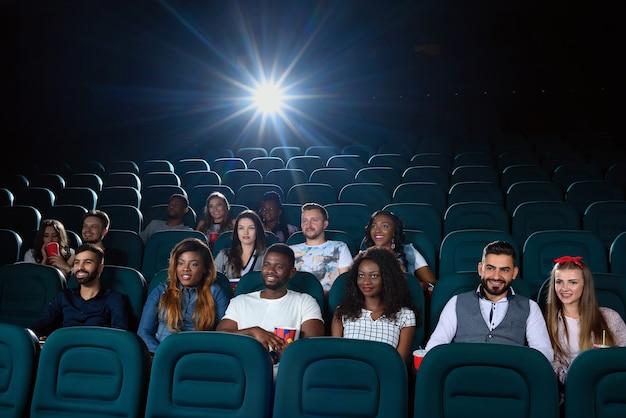 Grupo de amigos multiculturais no cinema