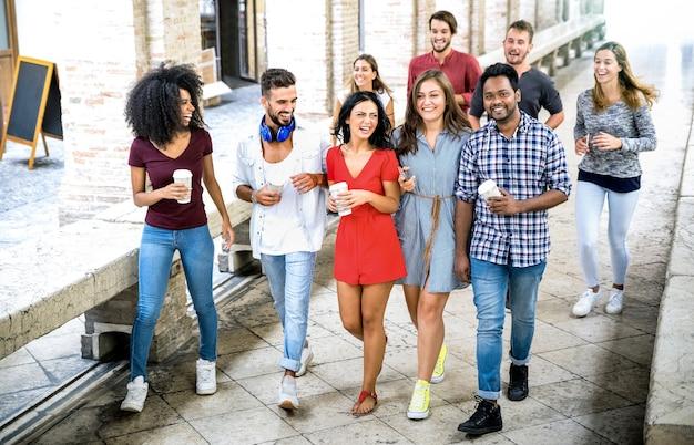 Grupo de amigos multirraciais caminhando no centro da cidade