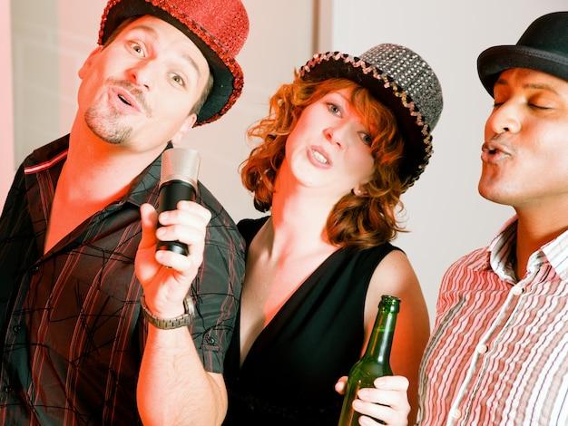 Grupo de amigos na festa de karaoke