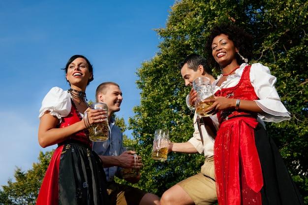 Grupo de amigos no jardim da cerveja