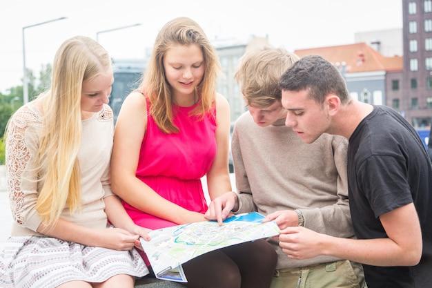Grupo de amigos, olhando para o mapa