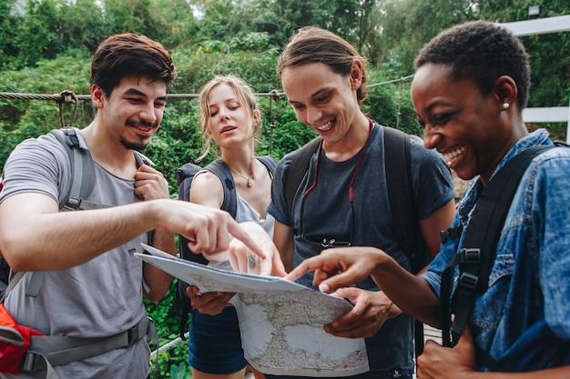 Grupo de amigos olhando para um mapa