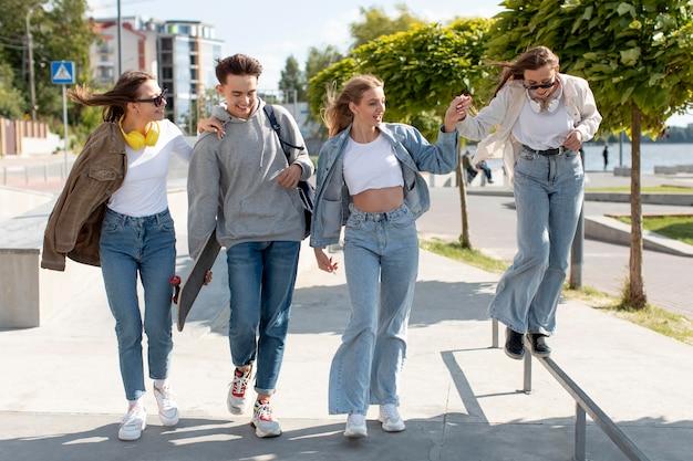 Grupo de amigos passando bons momentos juntos ao ar livre