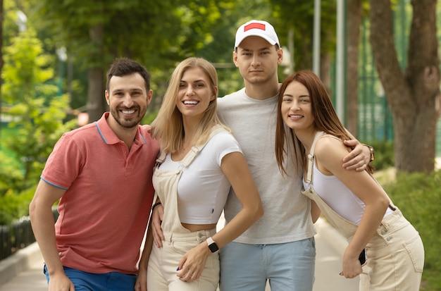 Grupo de amigos passando um tempo juntos ao ar livre