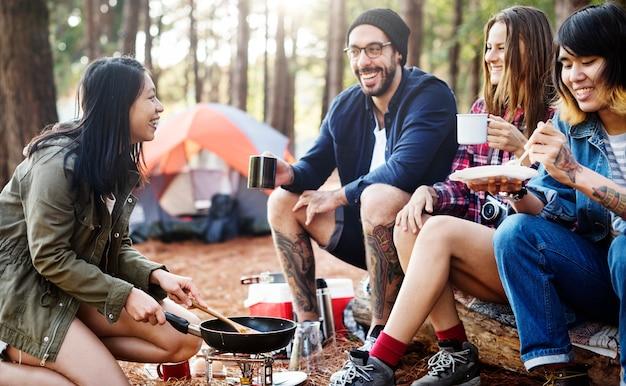Grupo de amigos pendurados jogando cartas juntos conceito