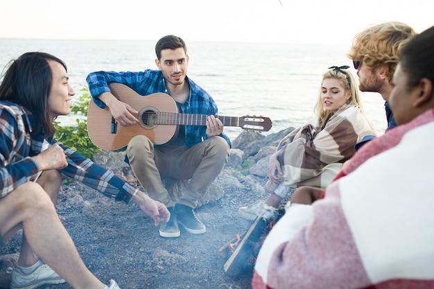 Grupo de amigos perto da praia