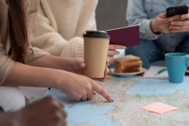 Grupo de amigos planejando uma viagem com um mapa