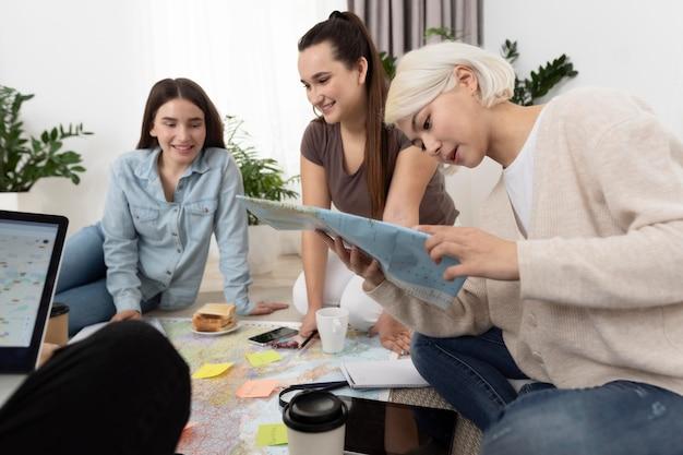 Grupo de amigos planejando uma viagem enquanto tomam o café da manhã