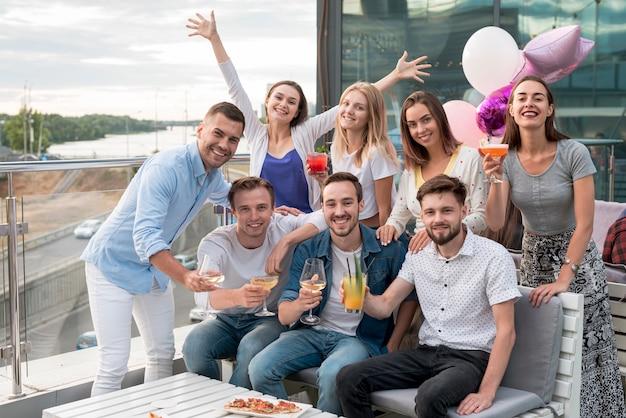 Grupo de amigos posando em uma festa
