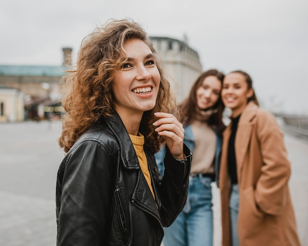 Grupo de amigos posando juntos ao ar livre