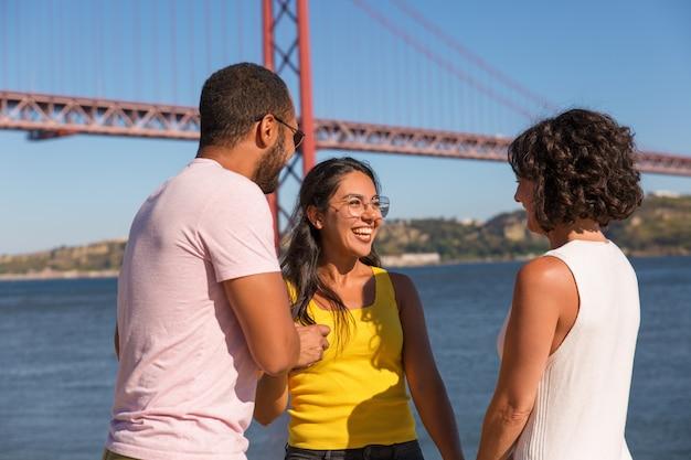 Grupo de amigos próximos, aproveitando a reunião ao ar livre