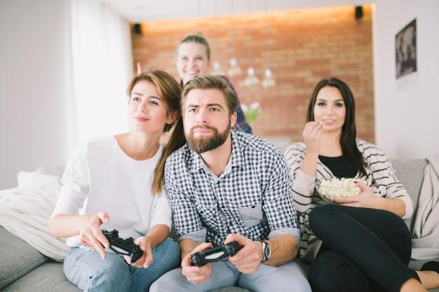 Grupo de amigos que relaxa com o videogame